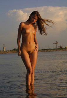 Natural babe Zenia posing at sunset with trimmed pussy